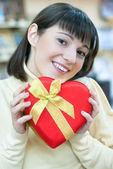 Счастливая женщина и красной подарочной коробке — Стоковое фото