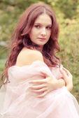 Mooie vrouw met witte kleur sjaal — Stockfoto