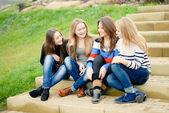 Fyra glada tonåriga vänner — Stockfoto