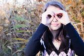 Menina olhando através do óculos de dedo — Fotografia Stock