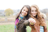 Brunette and blond haired girls friends hug — Stock Photo