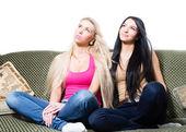 Portret dwóch bardzo młode dziewczyny lub siostry siedzi razem — Zdjęcie stockowe