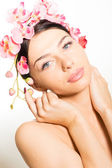 Beautiful girl face & pink flowers, perfect skin and lips on white copyspace — ストック写真