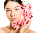 Beautiful girl face & pink flowers, perfect skin and lips on white copyspace — 图库照片