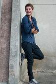 Glücklicher junger mann lachen — Stockfoto