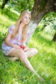 šťastný dospívající dívku jíst jahody — Stock fotografie