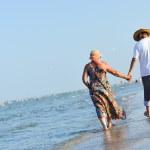 feliz pareja caminando en la playa de arena de la playa y la mano — Foto de Stock