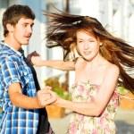 Młoda para szczęśliwy taniec na ulicy — Zdjęcie stockowe