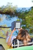 Młoda kobieta na wycieczki na ziemi i czytanie ebook — Zdjęcie stockowe
