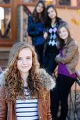 Vier vrienden van de gelukkige tiener meisjes — Stockfoto