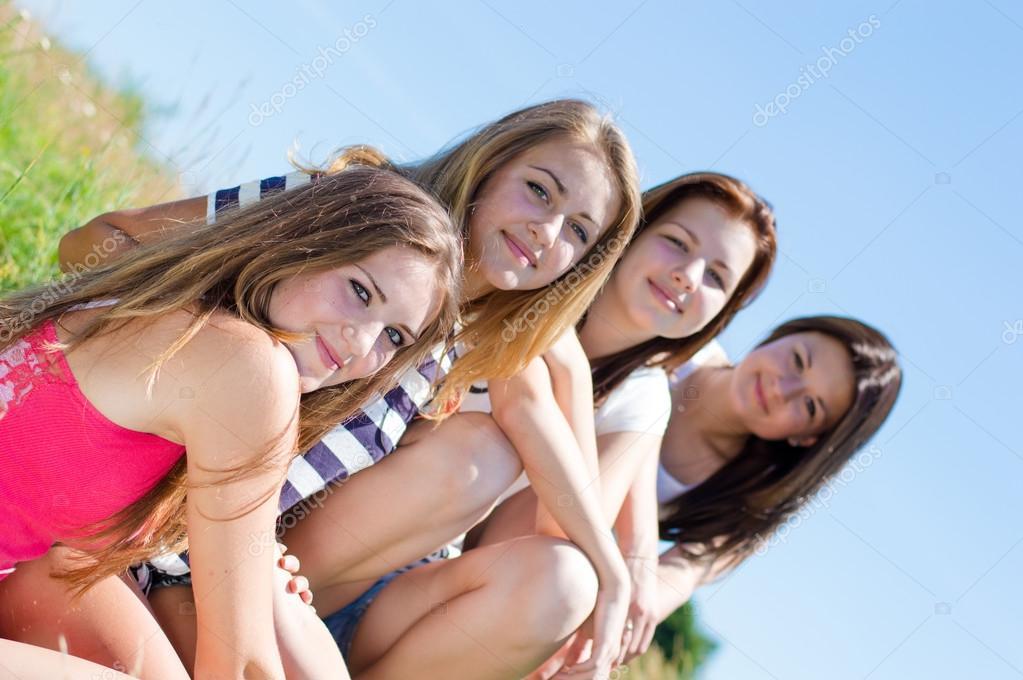 Молодые подруги разделись дома  409540
