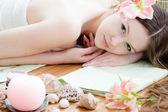 Junge schöne frau entspannende spa-salon — Stockfoto