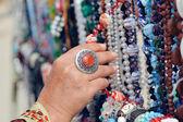Женщина, выбирая украшения в строке ожерелья и браслеты — Стоковое фото