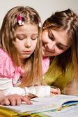 Ablası genç bir okumayı öğretir — Stok fotoğraf