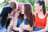 Fyra glada teen vänner skrattar på bild av sig själva — Stockfoto