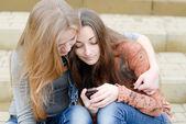 Adolescentes avec téléphone portable — Photo