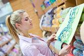 Femme avec des rouleaux de papier peint — Photo