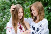 Två tonårsflickor vänner kram av comort — Stockfoto