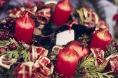 Kerst kaarsen op pine garland decoratie — Stockfoto