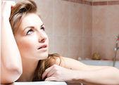 Flicka sitter i ett bad — Stockfoto