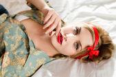 Dziewczyna z czerwona szminka patrząc na kamery — Zdjęcie stockowe