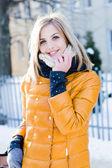 Femme en hiver dans la veste jaune — Photo