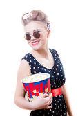 Kvinna anläggning popcorn — Stockfoto