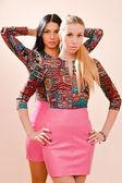 Blonde femmes & brunette portant des robes brillantes mêmes — Photo