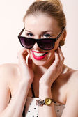 Woman with sunglasses h — Stock Photo