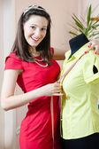 Žena v červených šatech s měřicí páska — Stock fotografie