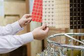 Medarbetare presentera färgglada brickor — Stockfoto