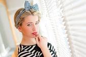 Schöne blonde Frau berühren ihre roten Lippen und träumen bestimmt — Stockfoto