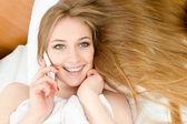 Vackra blonda prata i telefon — Stockfoto
