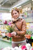 Heureuse femme tenant un pot en main regard souriant en supermarché — Photo