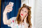 Hermosa joven pinup tomando foto selfie con teléfono inteligente — Foto de Stock