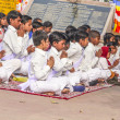Young children pray in tibetan buddhist monastery Sarnath — Stock Photo