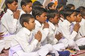 Young children pray in tibetan buddhist monastery Sarnath — Stock Photo