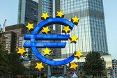 Símbolo do euro em frankfurt por noite — Foto Stock