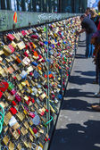 Lockers at the Hohenzollern bridge symbolize love for ever — Stock Photo