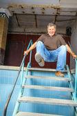 Man hoppar ner för trappan för en gammal vattenlösa pool — Stockfoto
