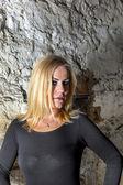 Porträtt av attraktiva sexig kvinna i källaren — Stockfoto