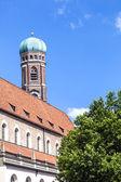Frauenkirche in münchen mit baum im vordergrund — Stockfoto