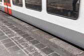 Tåget passerar plattformen med hastighet — Stockfoto