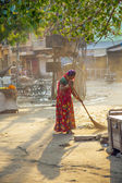 Indian women of fourt class in brightly colored clothing cleans — Stock Photo