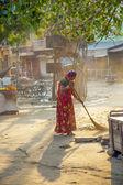 Dördüncü sınıf parlak renkli giyim Hintli kadın temizler — Stok fotoğraf