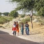 Unidentified girls on their way to the Pushkar fair — Stock Photo
