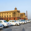 Official Hindustan Ambassador cars parked outside North Block, S — Foto Stock