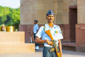 Soldier in parade uniform guards the indian gate — Stock Photo