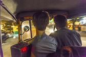 Chico con un tuktuk pasaba la noche en la india — Foto de Stock