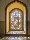 Beautiful windows with ornaments in islamic style inside humayun — Stock Photo